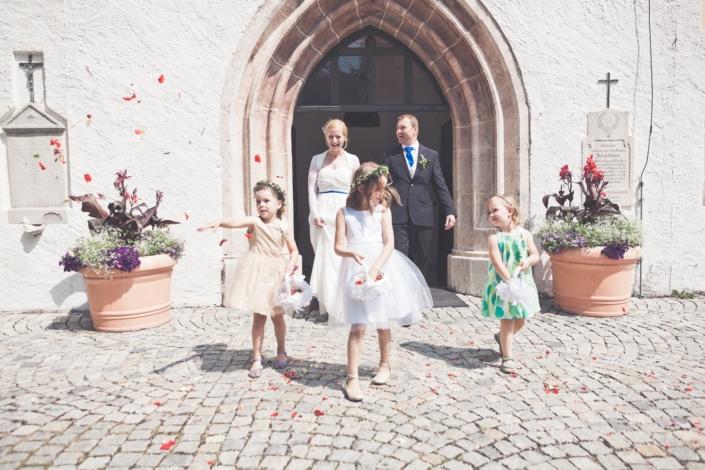 Hochzeitspaar mit Blumenmädchen