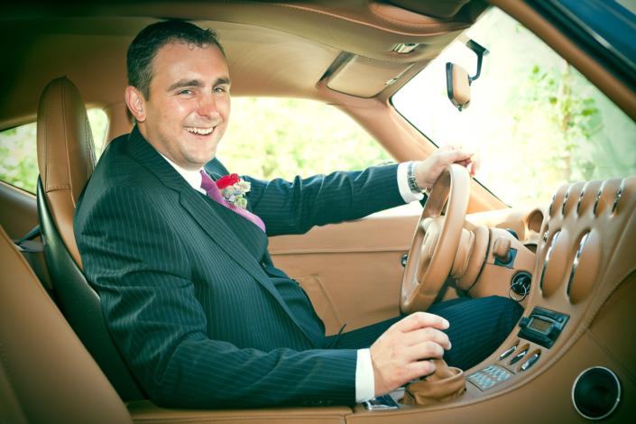 Bräutigam Im Hochzeitsauto